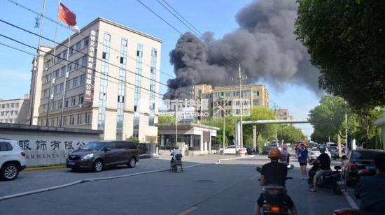 嘉兴纺织厂房发生火灾 消防人员高温下坚守1个多小时