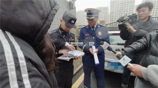 小区内的消防车道频繁被占用 杭州消防来开罚单了