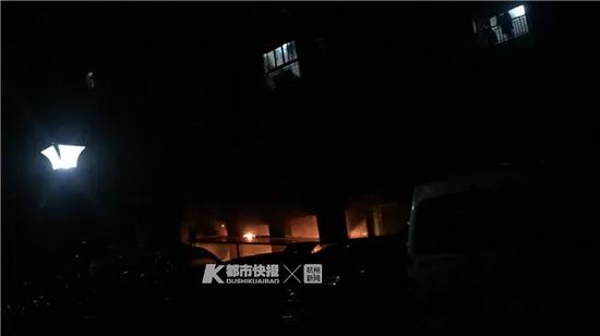 一位居民拍下了一楼架空层的火光