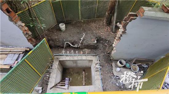 杭州一老小区施工3个月电梯加装还没好 居民着急了