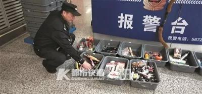 民警在清点查获的违禁物品。快报资料图