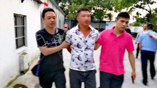 台州19岁女孩自家车房内惨死 家人保护案发现场20年
