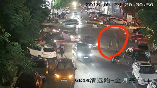 监控画面拍到陈江南、黄旭鹏跑向自燃车辆
