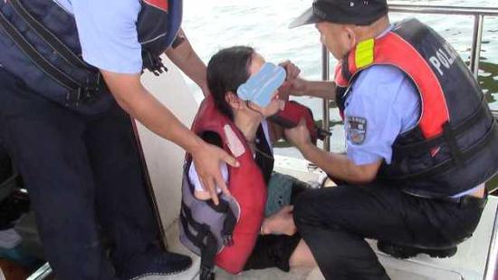 3]几乎与女子同时跳进江中,一分钟内完成救援