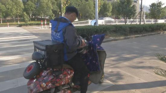 图为:热心的外卖小哥工作场景 三门县委宣传部供图