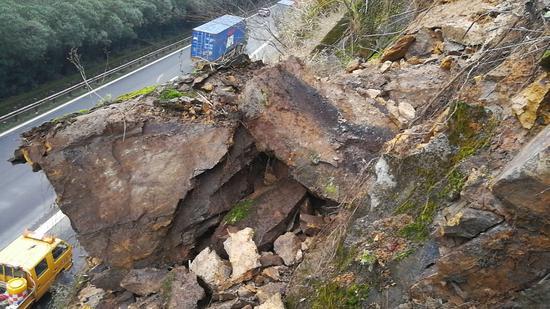 图为:G15沈海高速往温州方向黄土岭段出现塌方落石。高速交警台州支队供图