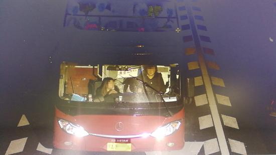 图为:高速甩客的长途大巴车。高速交警台州支队供图