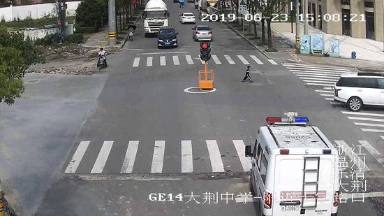 监控画面中,男孩正在独自过马路 乐清警方供图