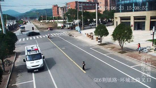 监控画面中,警车在男孩面前缓缓停下 乐清警方供图