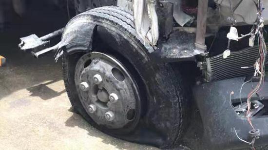 甬台温高速货车爆胎 司机目睹副座妻子遇难