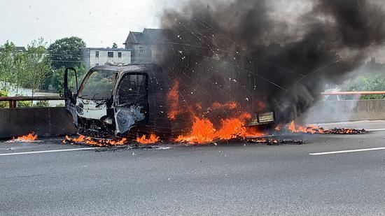 事故现场燃烧中的货车 高速交警供图