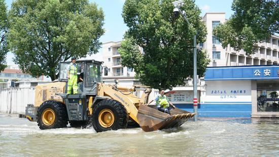 图为:8月11日下午,浙江临海市区洪水渐退,救援工作仍在有序进行。 林成