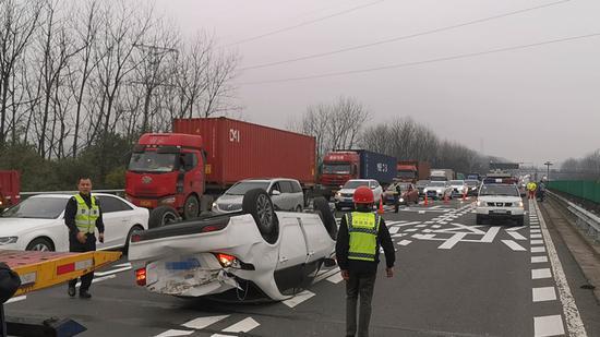 因车辆翻车而造成的交通拥堵现场。浙江高速交警总队宁波支队三大队提供