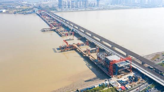 新的进展 杭州钱塘江新建大桥开展首轮次钢梁顶推