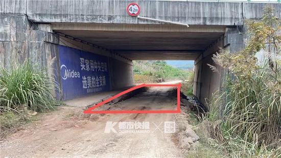 为了让渣土车通过 浙男子偷偷挖掉高速桥下的水泥路