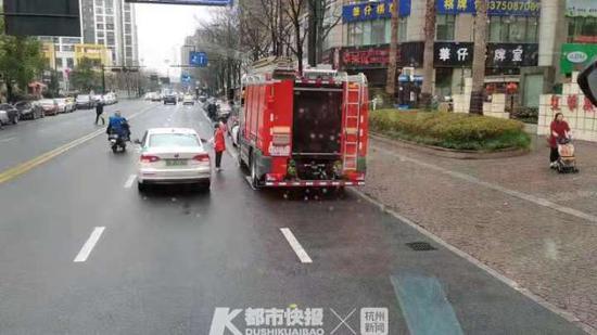 杭1女孩给待命消防员送水敬礼 消防员:这个冬天很温暖