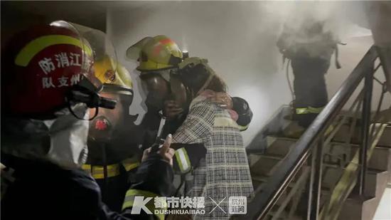 杭州消防回应 正确火场求生的做法应该是这样的