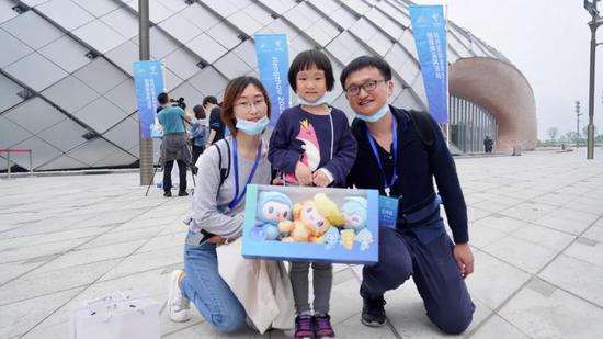 杭州亚运场馆首次对市民开放 每人领取一套吉祥物