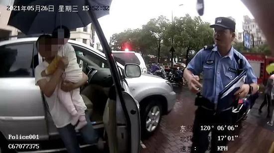 浙江一4岁女娃被锁车内 民警巧用方法帮助其自救
