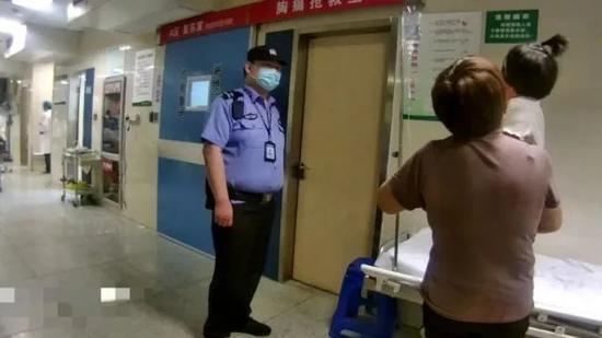 浙江街头一女童高烧近40度 警车护送及时赶至医院