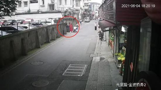 浙江一女子拍照丢失贵重物品 民警翻垃圾桶帮其找回