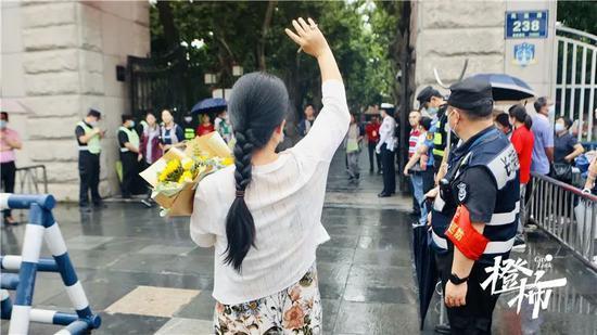 浙江高考结束 一父亲在考场外为女儿送上惊喜礼物