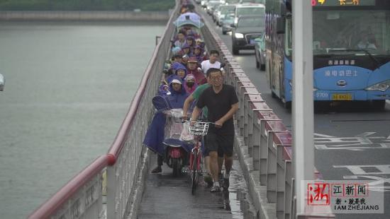 杭州西兴大桥非机动车道宽1.5米 无法超车致拥堵长龙