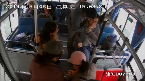 监控画面显示:胡先生晕厥时周边乘客纷纷施以援手 乐清公交公司提供