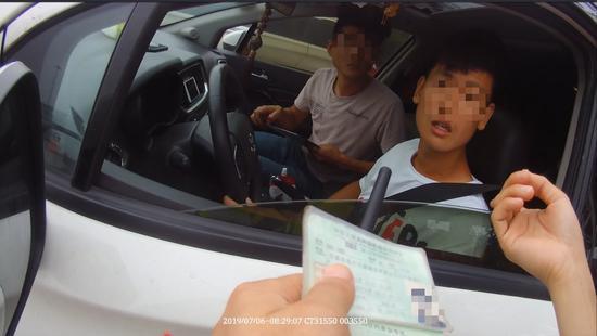 违法驾驶车辆在收费站被民警拦截。嘉兴高速交警供图