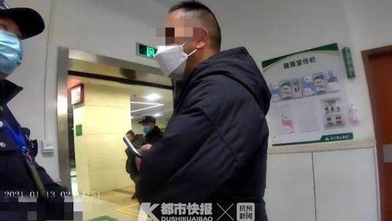 千万不能睡着 杭州萧山民辅警拍醒昏睡小伙救回一条命