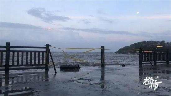 """台风""""烟花""""将至 杭州湾海域5人被海浪卷走至今失联"""