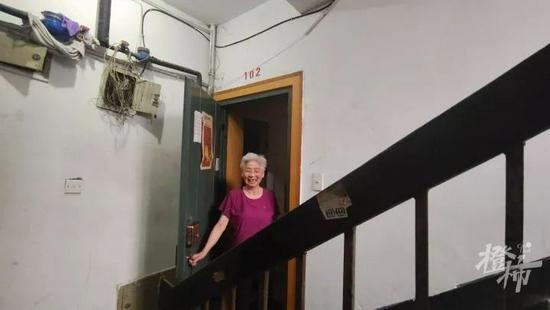 杭州一82岁奶奶台风天求助 社区工作人员快速行动