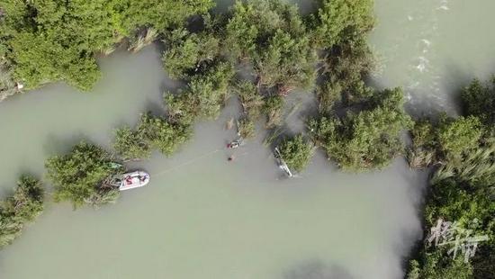 温州2男1女玩冲浪板被急流冲走 救援队员紧急开展救援