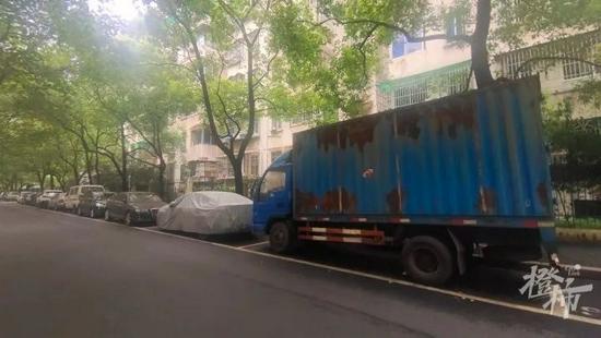 杭州一弄堂29个免费停车位被占 城管立即展开处置程序