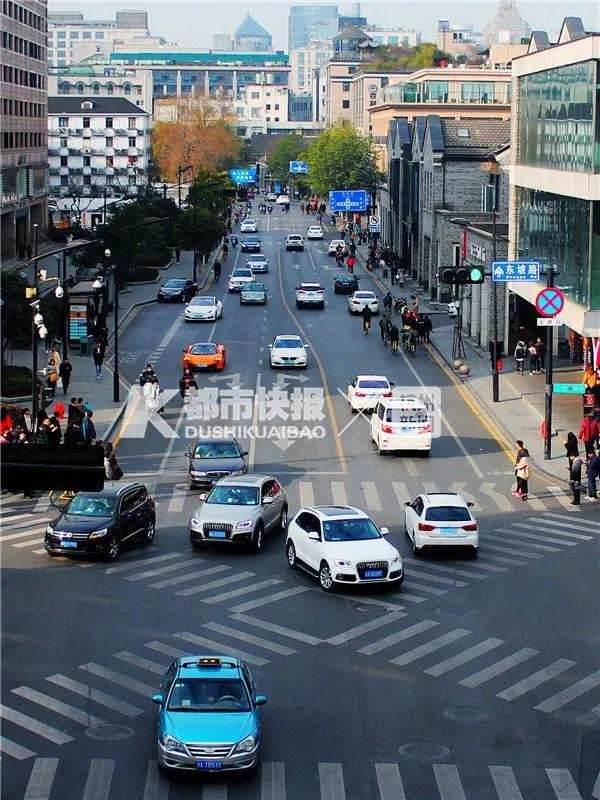 如今车水马龙的东坡路,即将成为步行街的一部分。黄煜轩 摄