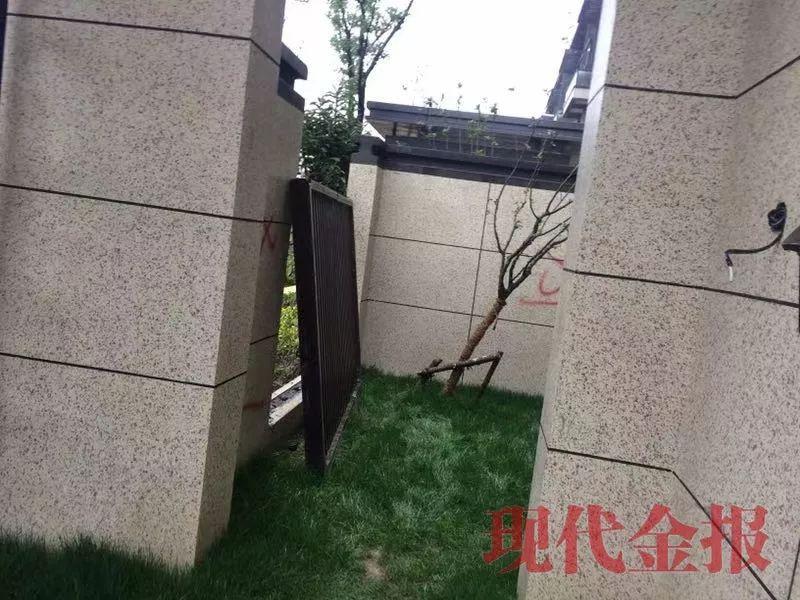 拆除实体院墙上的装饰栏杆