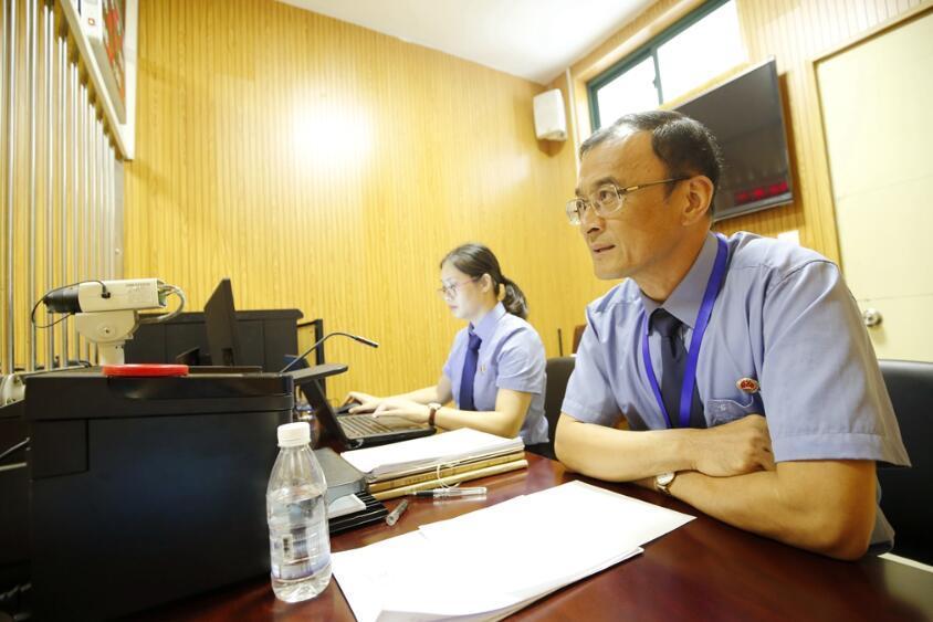 陈海鹰检察长提审原审被告人。