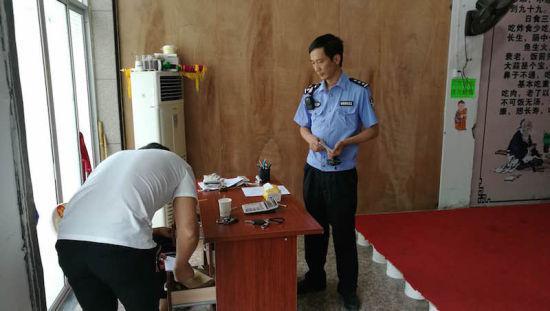民警查看查看了赵某的营业执照等相关材料。派出所提供
