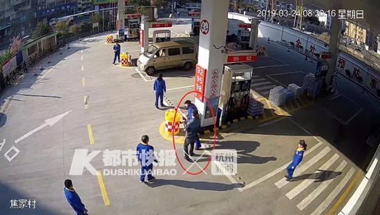 顿时,场面变得有些混乱,被打的加油站员工赶忙报了警。