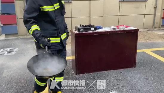 杭州消防实验 家里油锅突然起火扔蔬菜进去能否灭火