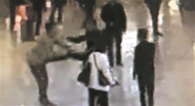监控拍下了两人扭打的画面