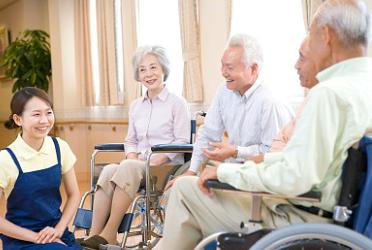 失能老人的长期护理已成为养老服务中的重要内容 图源视觉中国