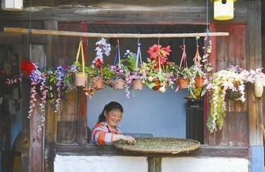 胡惠娣在小院里晒当地的土产干货。崔引 摄