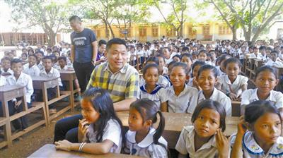 沈琦辉在参观柬埔寨乡村学校。受访者供图