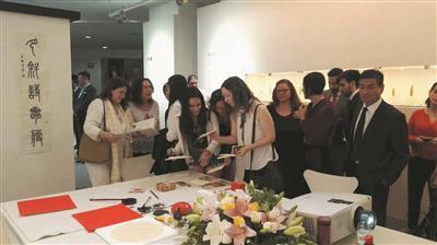 阿根廷民众参观西泠印社金石书画展 摄影 黄易
