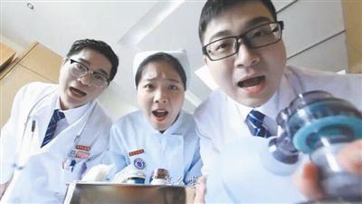 市人民医院急诊医学科青年文明号推出微电影《我的女友是个坑》的剧照。