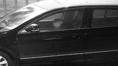 司机在车里睡着了交警供图