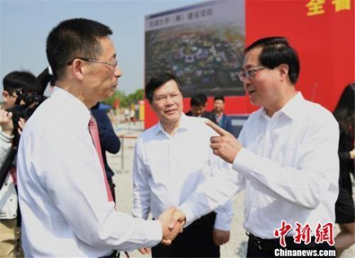 浙江省委书记车俊与施一公握手交流。 王刚 摄