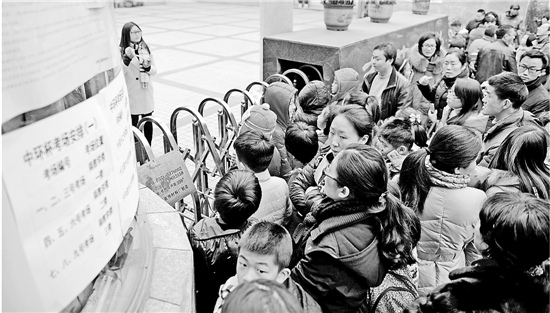 """2015年12月19日,第十六届""""中环杯""""中小学数学竞赛杭州赛区初赛在青蓝小学举行。4500名考生和他们的家长,一大早就将学校门口围得水泄不通。 资料图片 董旭明 摄"""