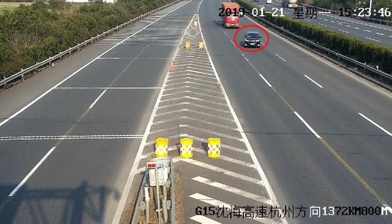 图为停在高速车道内小车。嘉兴高速供图